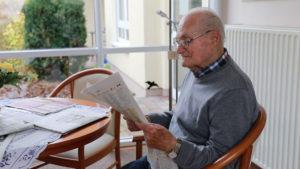 Alter Mann liest Zeitung
