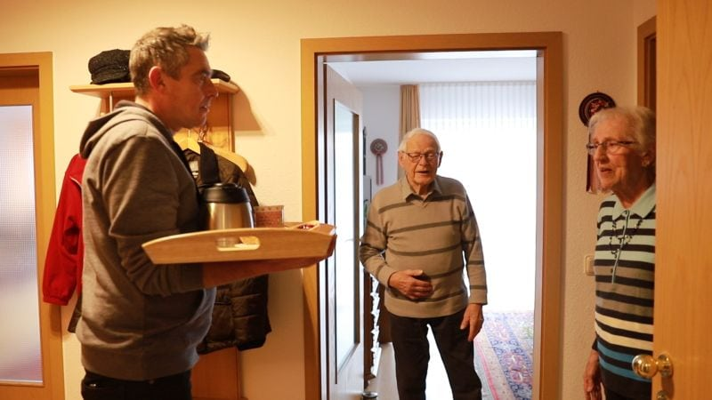Zwei alte Menschen treffen sich auf dem Flur