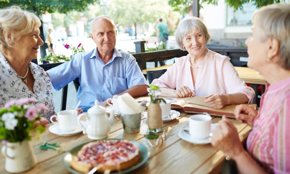 Kaffeeklatsch von vier Senioren