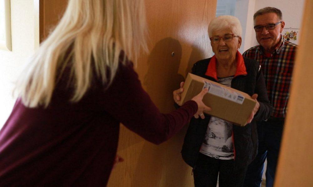 Senioren empfangen ein Paket